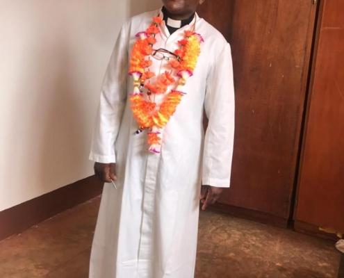 Ehrung für Pfarrer Julius Ndendya, der 23 Jahre Pfarrer in Mavanga war