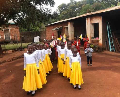 Kinderchor beim Einzug zum Festgottesdienst