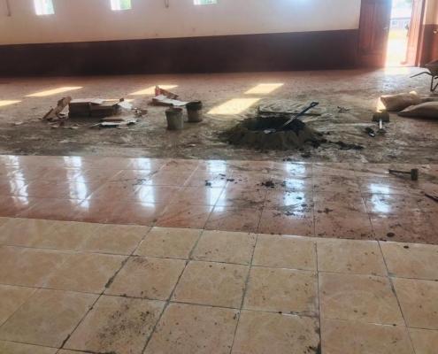 Fliesenleger-Arbeiten in der Kirche St. Mary in Mavanga